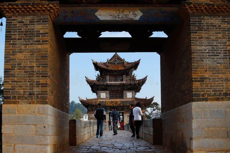 Vieille passerelle chinoise Le pont antique d'envergure du pont dix-sept de Shuanglong pr?s de Jianshui, Yunnan, Chine Jianshui,  photographie stock