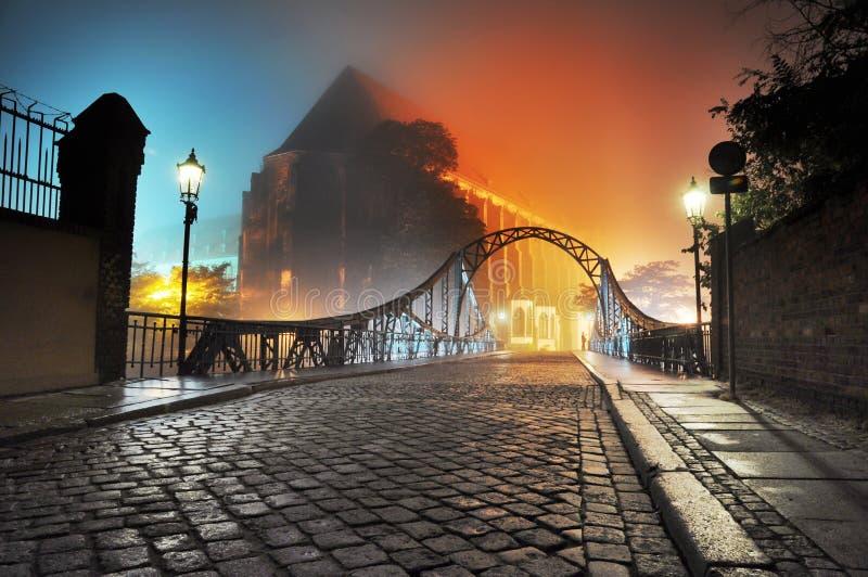 Vieille passerelle de ville d'E la nuit photographie stock