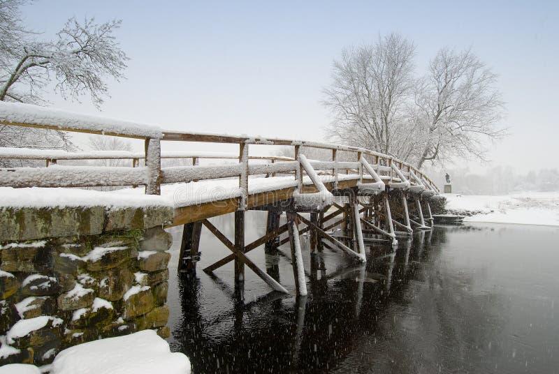 Vieille passerelle du nord dans la neige photographie stock libre de droits