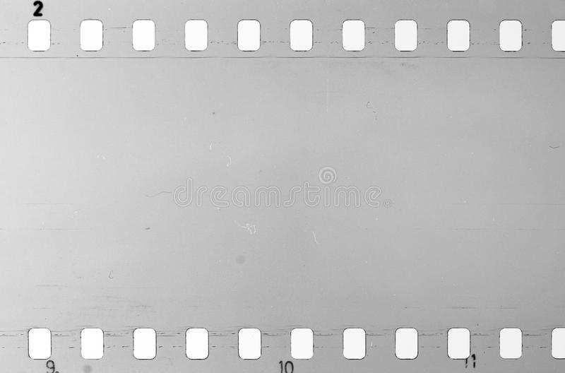 Vieille pellicule à celluloïde avec la poussière et des éraflures photographie stock libre de droits