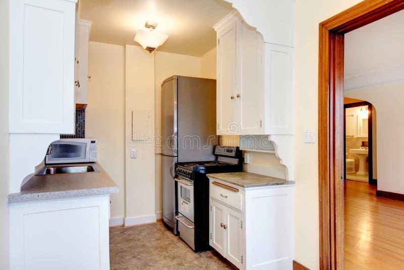 Vieille petite cuisine blanche d 39 appartement image stock - Petite cuisine blanche ...