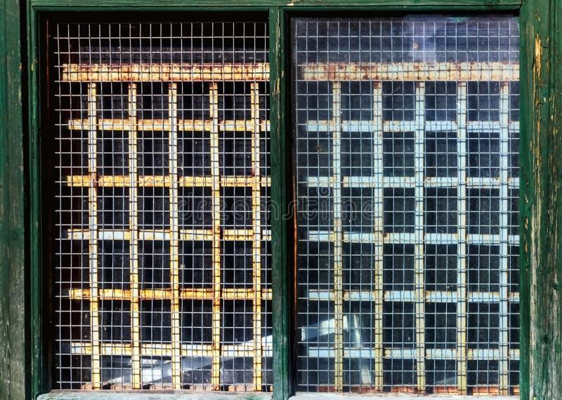 Vieille petite fenêtre avec des barres images stock
