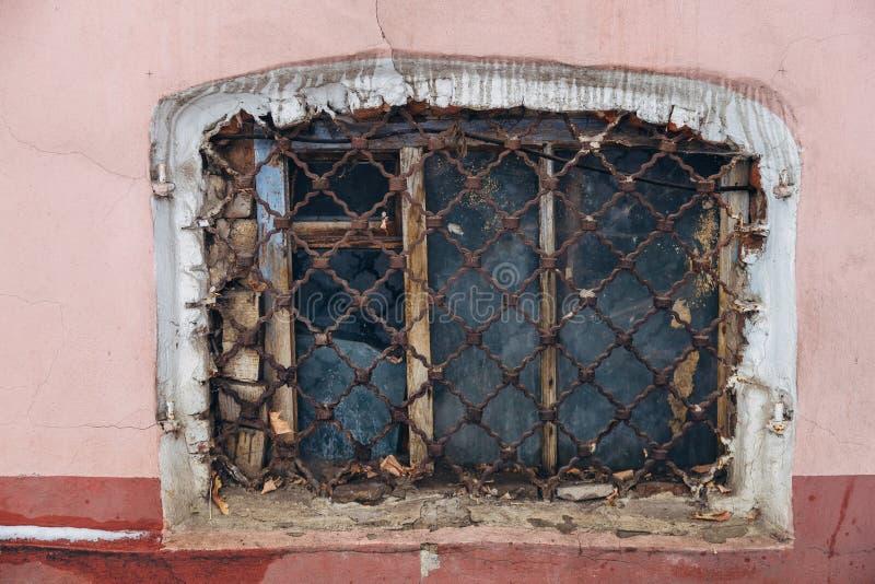 Vieille petite fenêtre minable de manoir avec le trellis rouillé image libre de droits