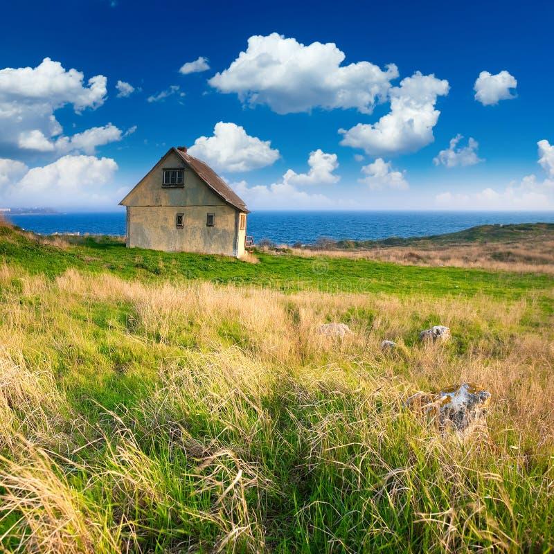 Vieille petite maison par le bord de la mer photo stock image du littoral herbe 28954426 - Petite maison a renover bord de mer ...