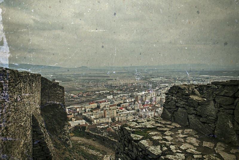 Vieille photo avec la vue aérienne de la ville Deva, Roumanie photographie stock