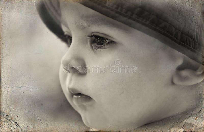 Vieille photo - verticale noire et blanche un petit garçon photographie stock libre de droits