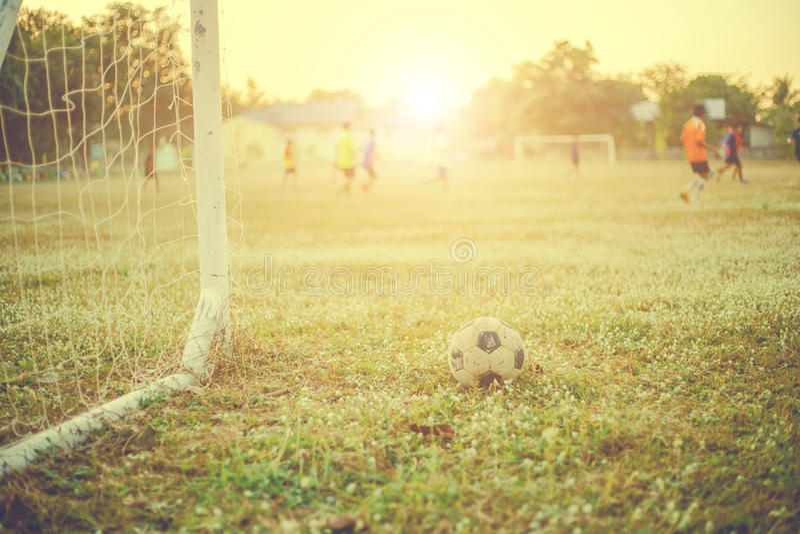 Vieille photographie de vintage du football avec le but du football avec l'effet de fusée de lentille photos stock