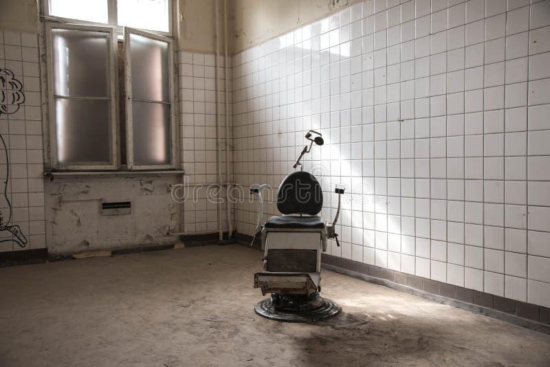 Vieille pièce abandonnée de dentiste photographie stock