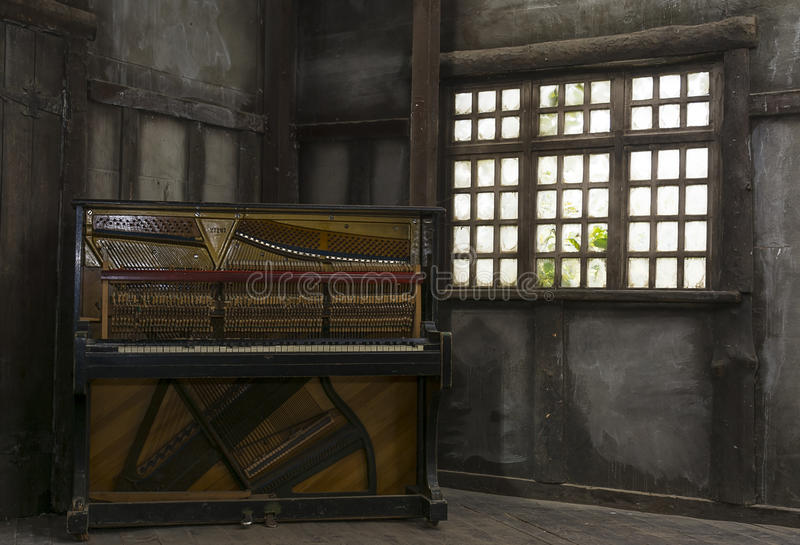 Vieille pièce de vintage avec le piano image libre de droits