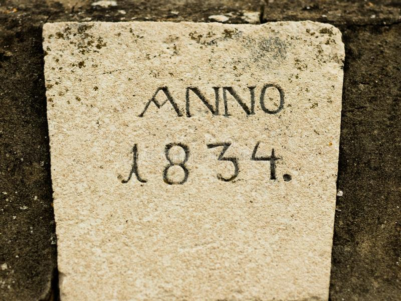 Vieille pierre avec l'année gravée photographie stock libre de droits