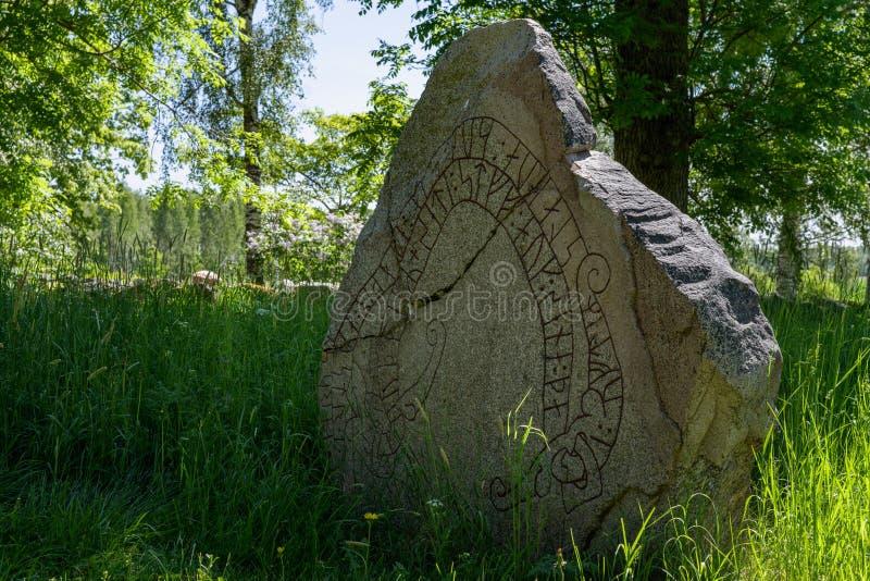 Vieille pierre criquée de rune en Suède photos libres de droits