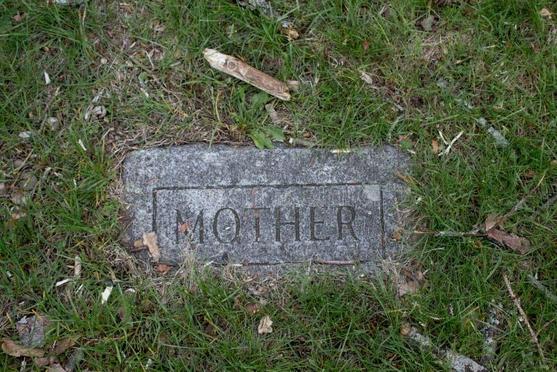 Vieille pierre tombale avec la mère là-dessus image stock