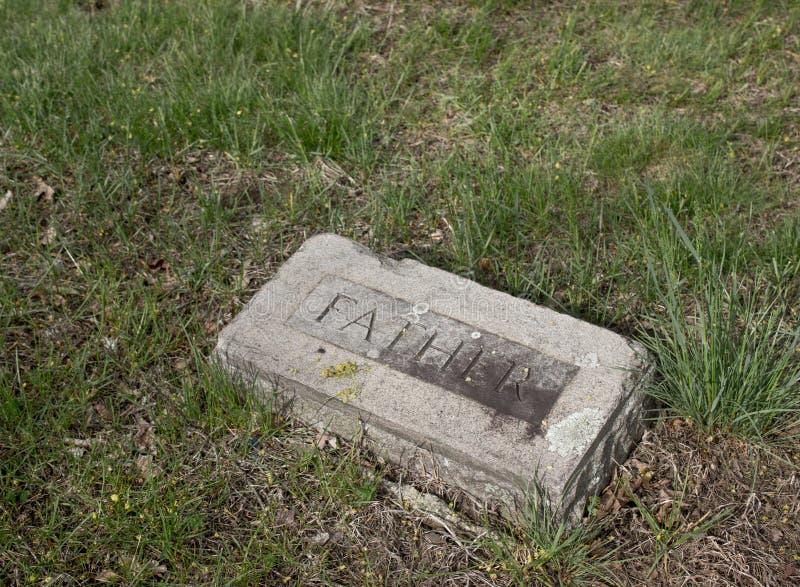 Vieille pierre tombale avec le père là-dessus photos stock