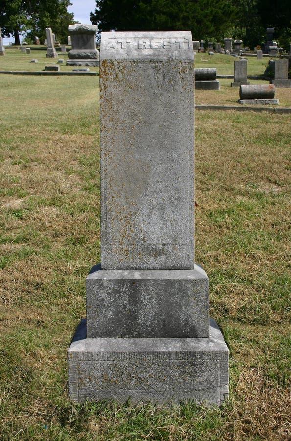 Vieille pierre tombale droite grande au repos
