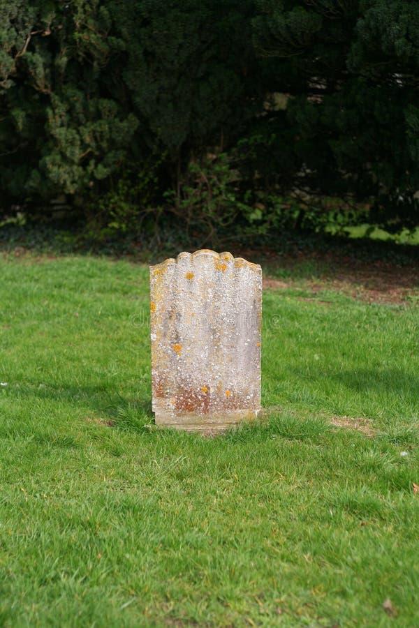 Vieille pierre tombale simple. photographie stock libre de droits