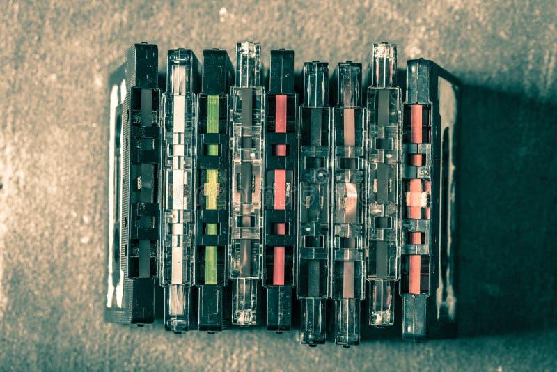 Vieille pile d'enregistreur à cassettes images stock