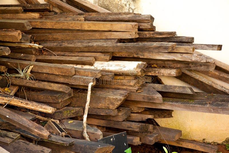 Vieille pile de poutre en bois - matériau de construction - réutilisez image stock