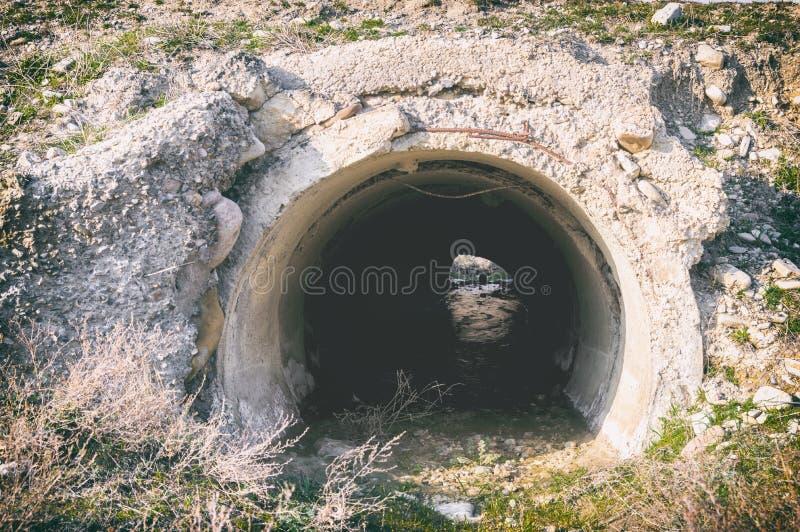 Vieille pipe d'eaux d'égout photos stock