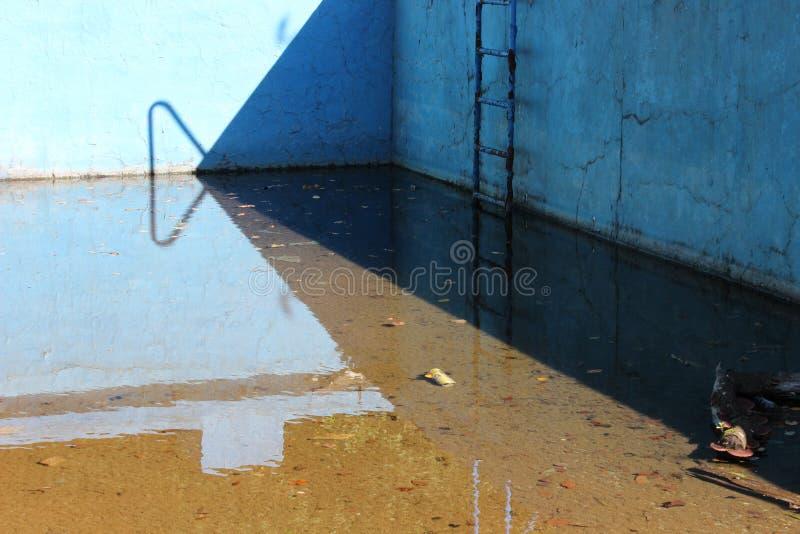 Vieille piscine abandonnée images stock