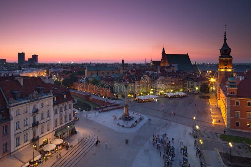Vieille place de Varsovie la nuit image stock