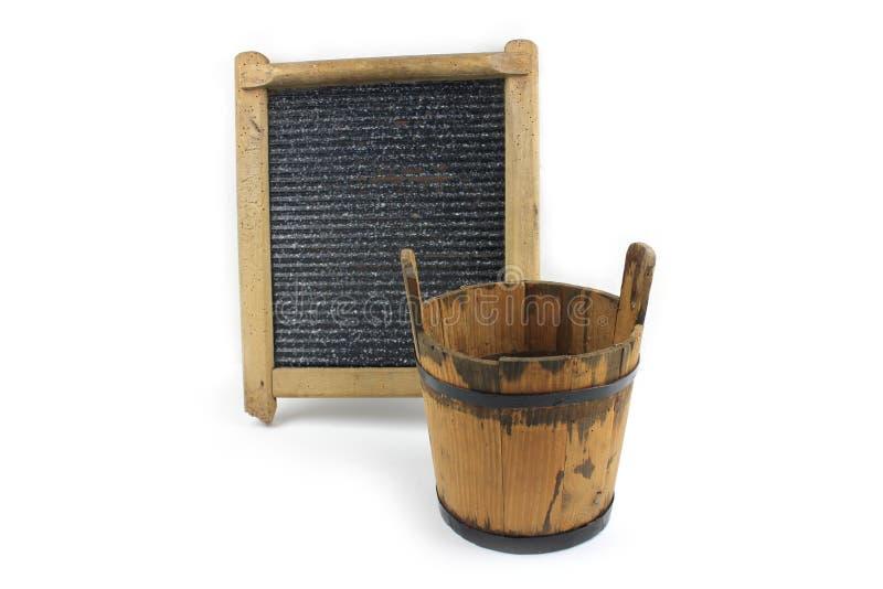Vieille planche à laver et seau en bois sur le fond blanc images libres de droits