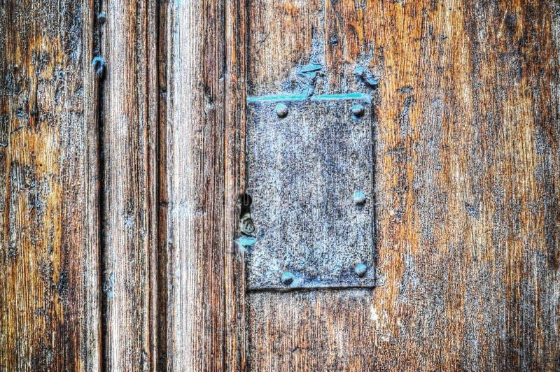 Vieille plaque de métal à un arrière-plan en bois images stock