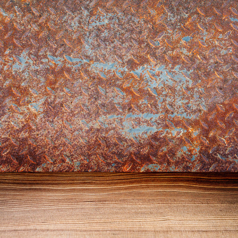 Vieille plaque de métal rouillée vide et plancher en bois images libres de droits