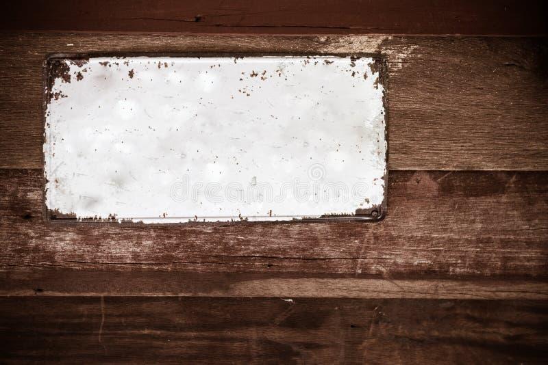 Vieille plaque de m?tal sur le mur en bois photos libres de droits
