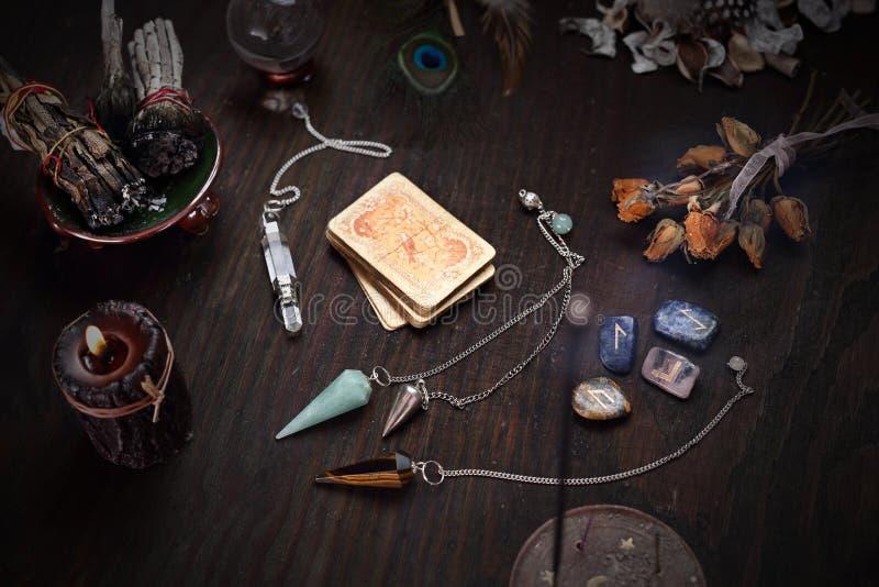 Vieille plate-forme des cartes pour la divination et le pendule photographie stock libre de droits