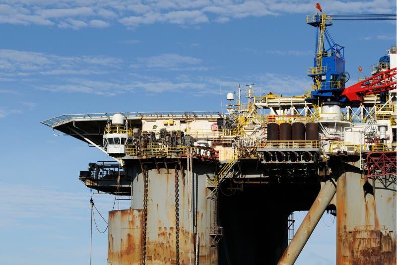 Vieille plate-forme pétrolière dans le port photos libres de droits