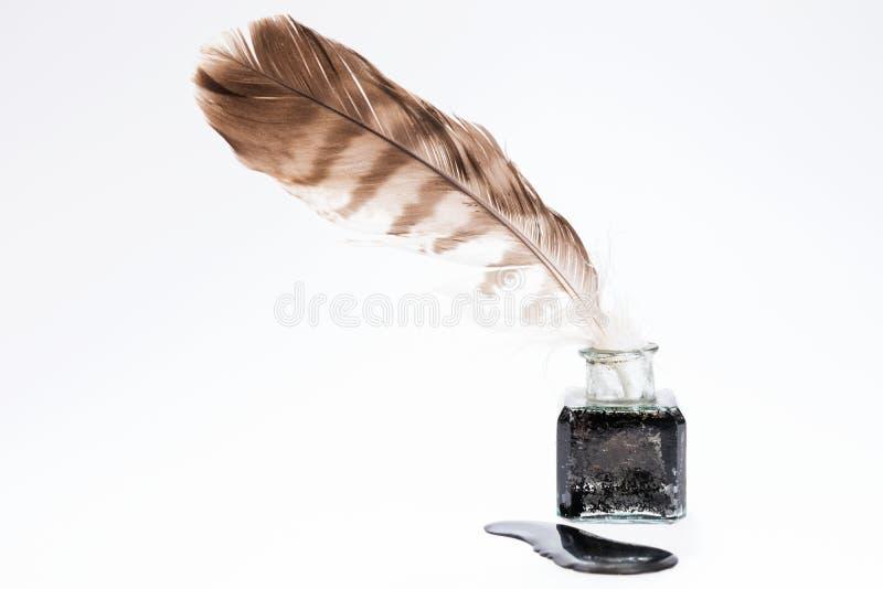 Vieille plume d'écriture dans le pot à l'encre noire photographie stock libre de droits