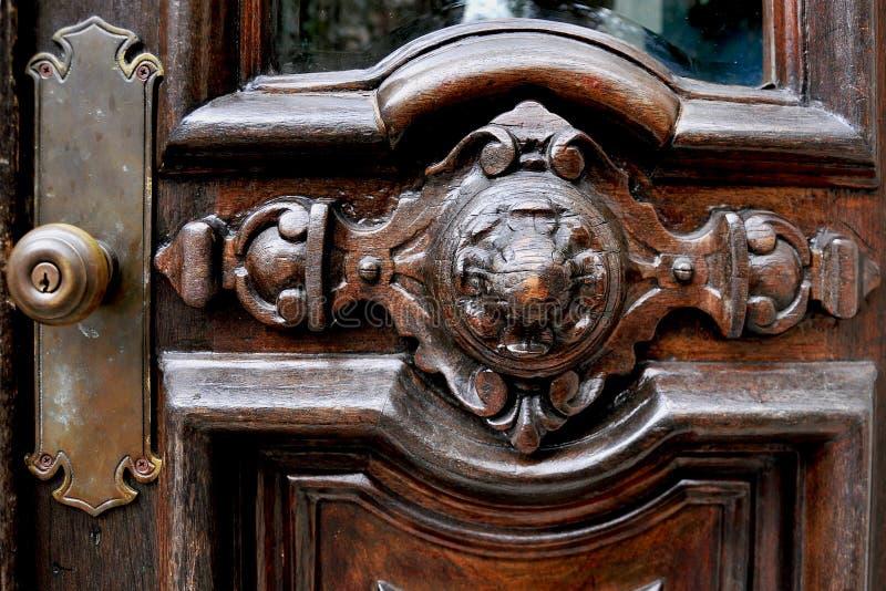 Vieille poignée de porte en laiton en bois de brun foncé photo libre de droits