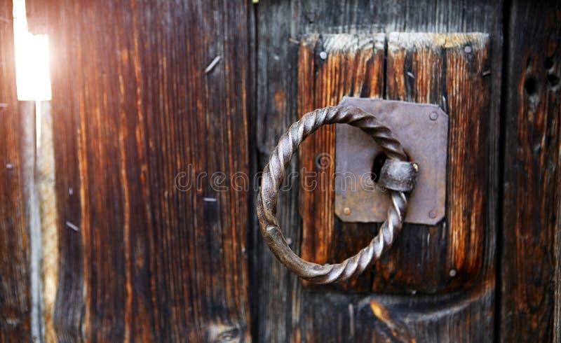 Vieille poignée de porte de fer travaillé photographie stock libre de droits