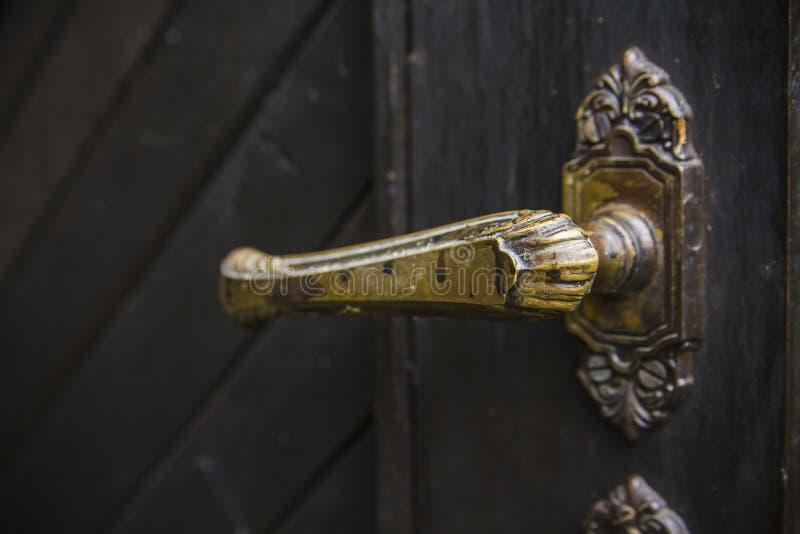 Vieille poignée de porte rustique sur la porte en bois photographie stock libre de droits