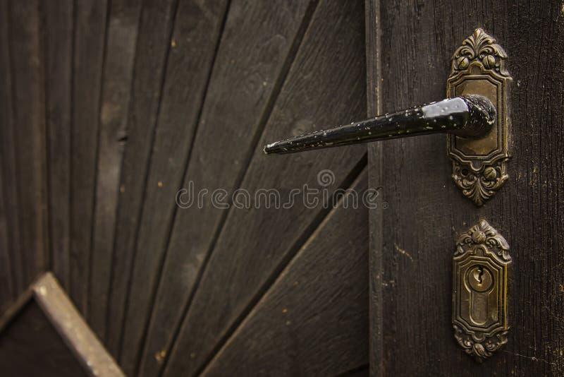 Vieille poignée de porte rustique sur la porte en bois photos libres de droits