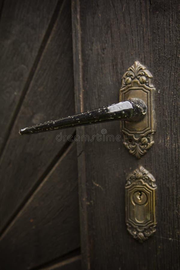 Vieille poignée de porte rustique sur la porte en bois image stock