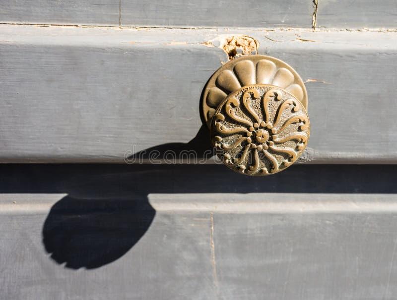 Vieille poignée de porte sur la porte antique photo libre de droits