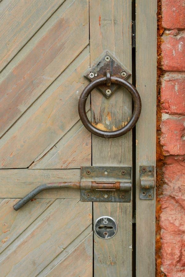 Vieille poign?e de porte de cru sur une porte en bois image stock