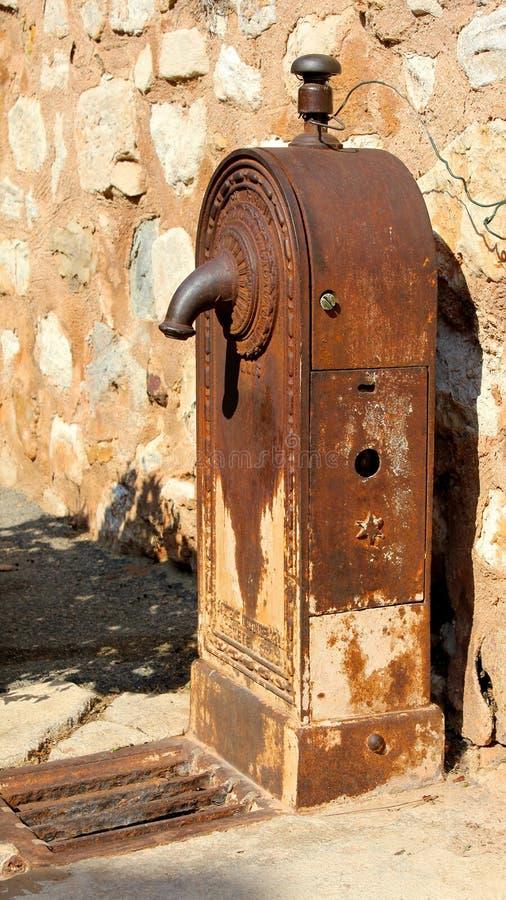 Vieille pompe à eau photographie stock libre de droits
