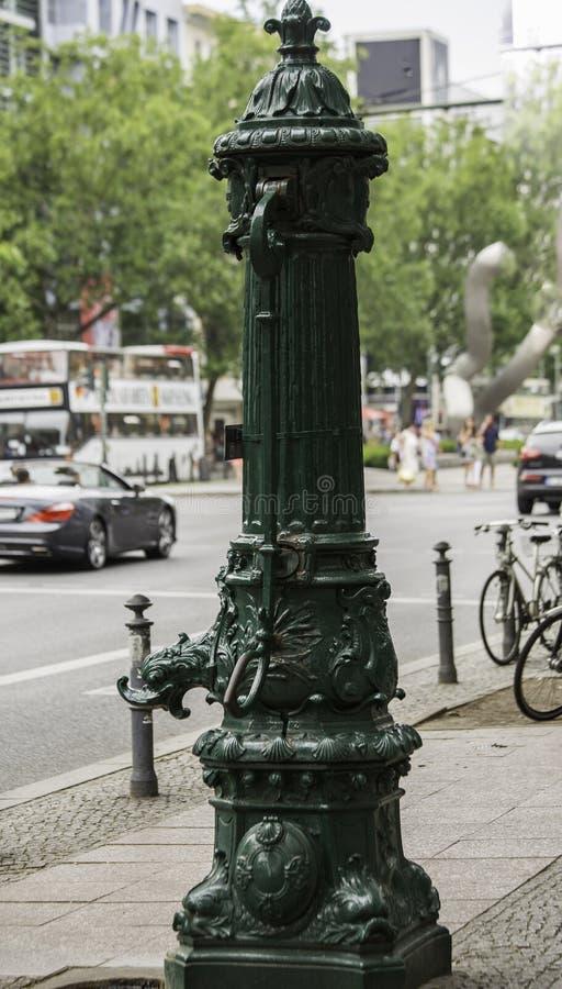 Vieille pompe à eau dans un trottoir, Berlin, Allemagne photographie stock libre de droits
