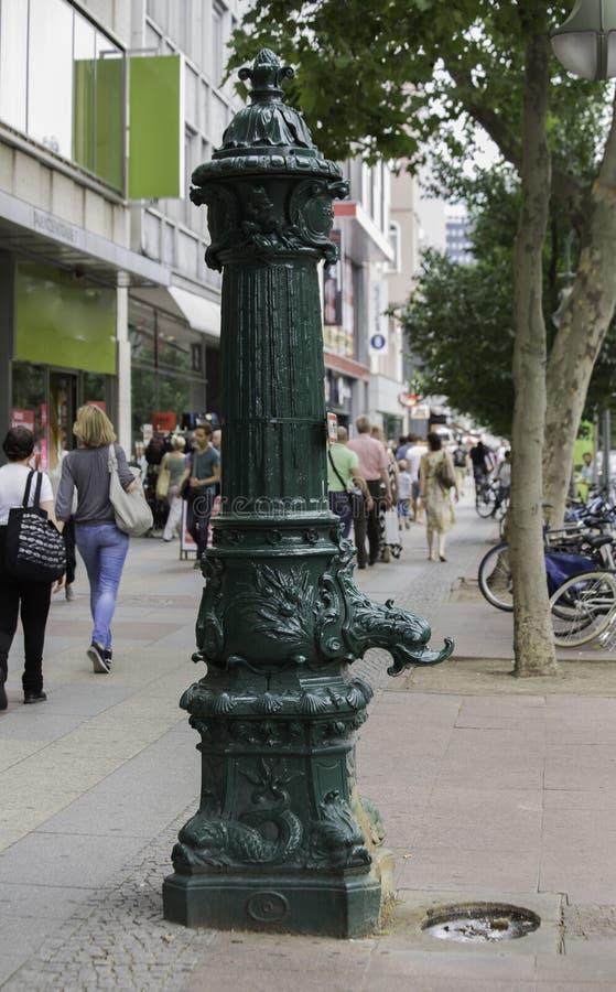 Vieille pompe à eau dans un trottoir, Berlin, Allemagne photos libres de droits