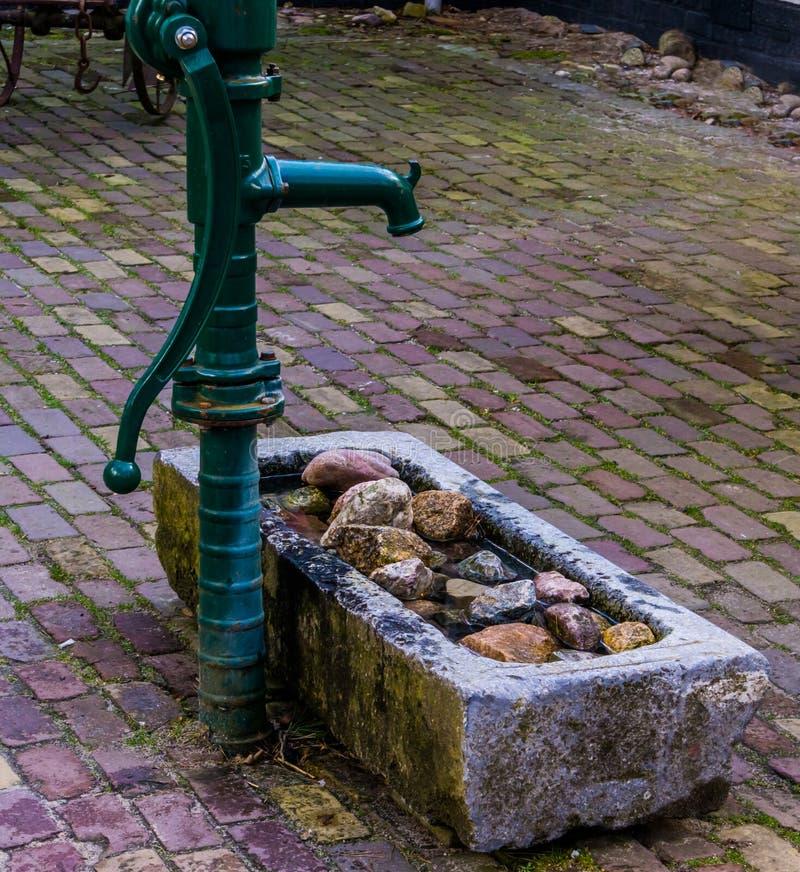 Vieille pompe à eau de cru, circuits de refroidissement classiques, décorations de jardin photographie stock