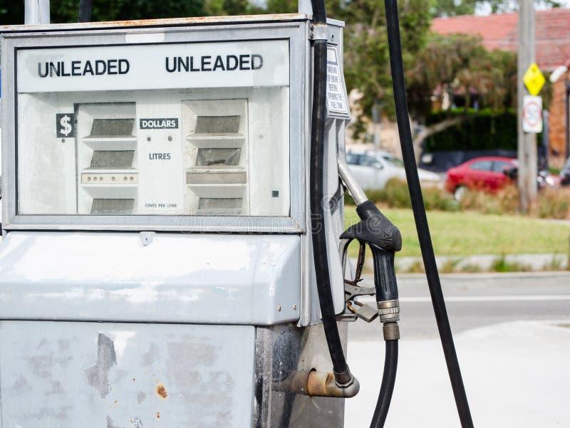 Vieille pompe à essence dans la couleur blanche à Sydney, Australie images stock