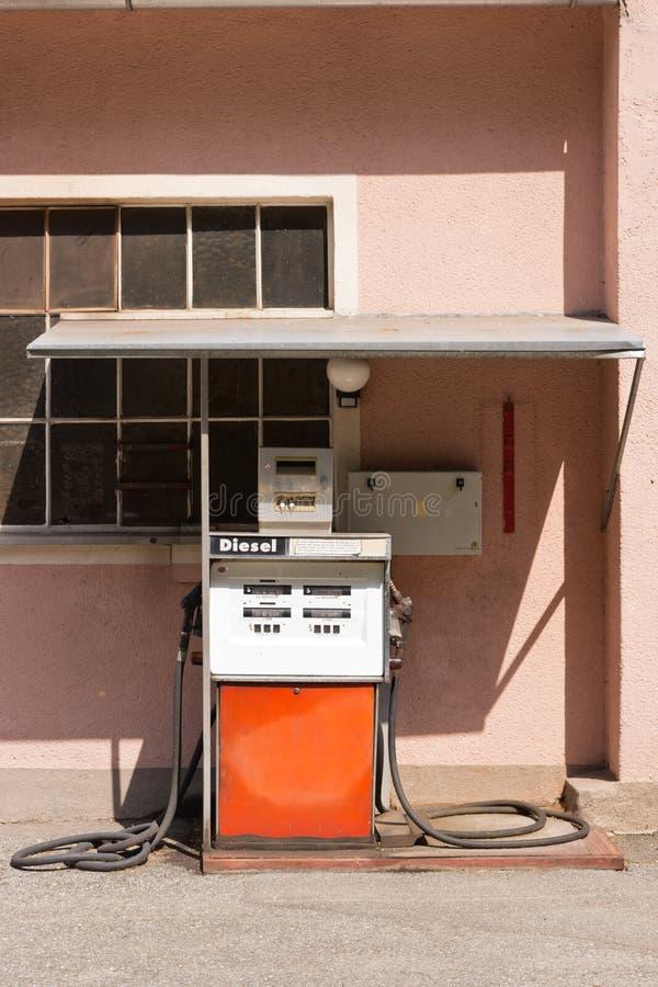 Vieille pompe à essence diesel en Autriche photos libres de droits