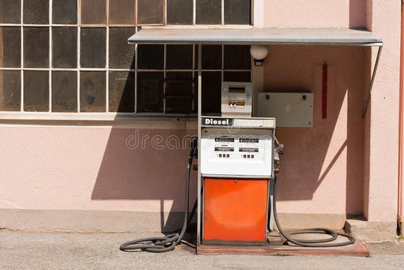 Vieille pompe à essence diesel en Autriche photo stock