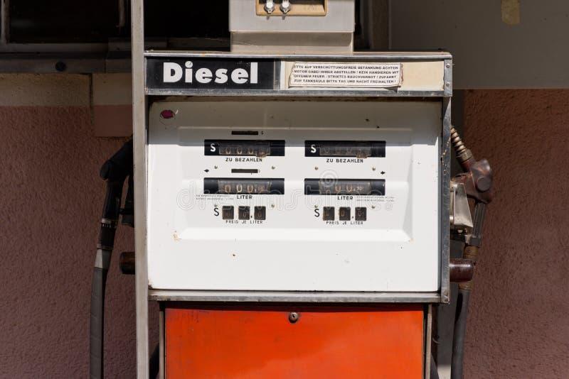 Vieille pompe à essence diesel en Autriche image stock
