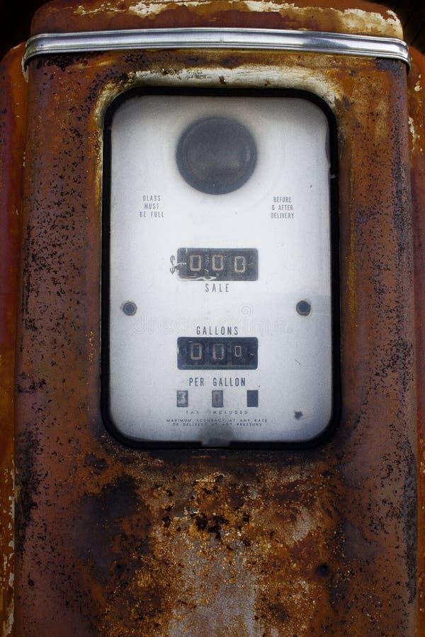 Vieille pompe à gaz rouillée de vintage sur Route 66 photographie stock