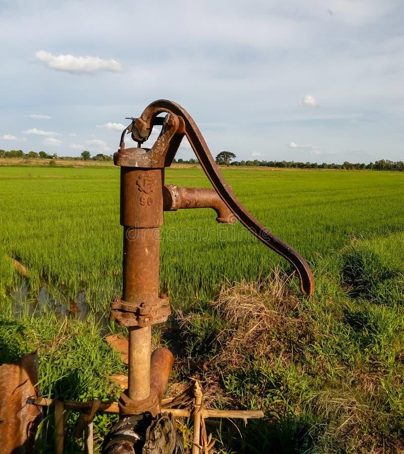 Vieille pompe manuelle de levier de pompe à eau Pompe à eau de fonte de vintage avec la poignée pour le pompage photographie stock