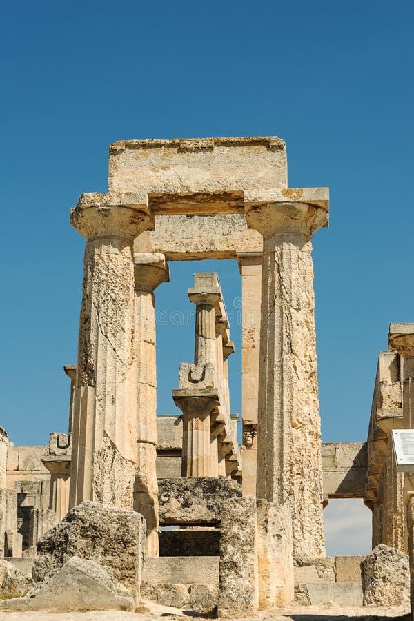 Vieille porte au temple d'Aphaia sur Aegina en île de la Grèce images stock