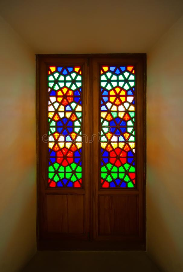 Vieille porte avec des mosaïques de verre coloré à l'intérieur du bâtiment photo libre de droits